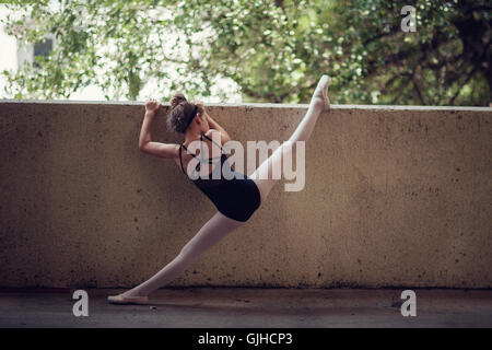 Ballerina holding wall et d'étirements Banque D'Images