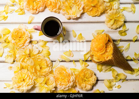 Des roses jaunes, des cornets pour crème glacée conceptuel et tasse de café Banque D'Images