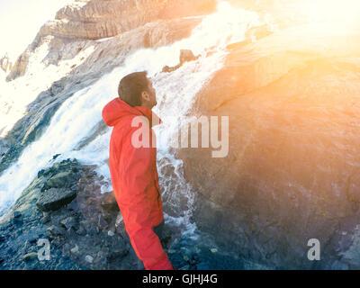 L'homme d'un sentier de randonnée cascade Banque D'Images