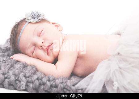 Portrait of a newborn baby girl sleeping on blanket Banque D'Images