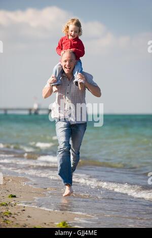 Le père et sa fille sur la plage Banque D'Images