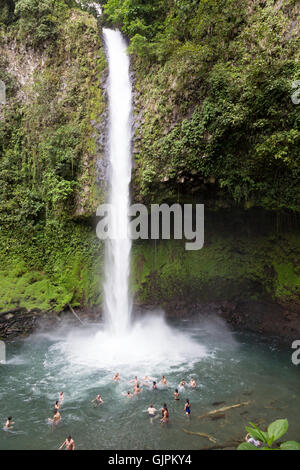La natation de personnes dans la piscine sous la cascade de La Fortuna, la Fortuna, Costa Rica, Amérique centrale Banque D'Images