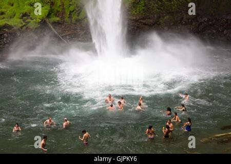 La natation de personnes dans la cascade de La Fortuna, Arenal, Costa Rica Amérique Centrale Banque D'Images