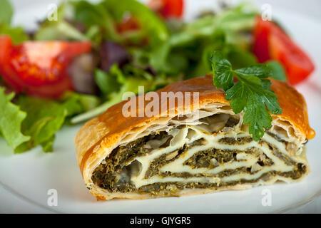 Strudel aux pommes avec épinards salade fraîche Banque D'Images