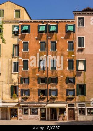 Les bâtiments à plusieurs étages sur le périmètre de la place Campo De Gheto Novo dans le Ghetto Juif de Venise, Banque D'Images