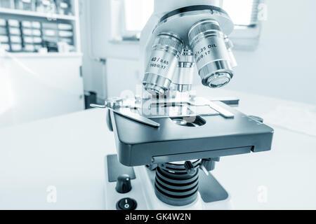 Microscope Sciences sur paillasse. Laboratoire de microbiologie. Image libre de microscope binoculaire Banque D'Images