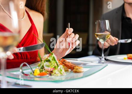 Couple boire et manger dans un très bon restaurant Banque D'Images