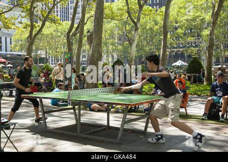 Un couple de joueurs de tennis de grave aller à elle au gratuit tables de Bryant Park le long de la 42e Rue à Midtown Banque D'Images