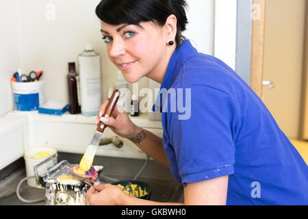 Dans zahntechnikerin laboratoire dentaire rempli de plâtre impression Banque D'Images