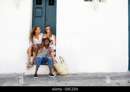 Trois amies, m'assis dans l'embrasure, Ibiza Banque D'Images