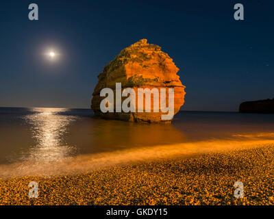Côte Jurassique rock formation par moonlight Bay Cove, à Ladram Devon Banque D'Images