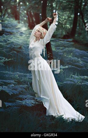 Femme conte de la danse de la forêt magique. Concept de fantaisie Banque D'Images