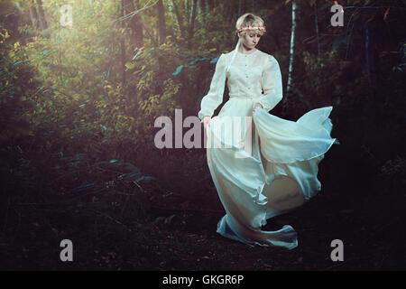 Jeune femme dans la forêt de conte de rêve Banque D'Images