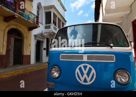 La ville de Panama, Panama - Mars 16, 2014: un vieux van stationné dans une rue de Casco Viejo, à Panama City, Banque D'Images