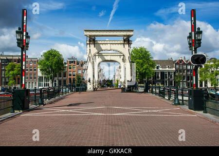 """AMSTERDAM - le 6 juillet: le le Magere Brug (pont """"Magere Brug"""") à Amsterdam le 6 juillet. En 2016 aux Pays-Bas. Banque D'Images"""