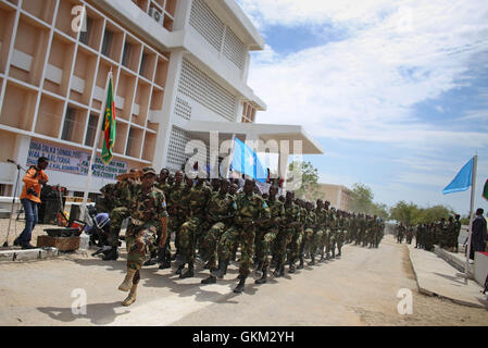 La Somalie, Mogadiscio: en photographie prise et publiée par l'Union africaine et l'équipe de support d'information des Nations Unies 12 avril 2013, les soldats de l'armée nationale somalienne mars au cours d'un défilé militaire marquant le 53e anniversaire de la SNA a tenu à la Ministère de la défense dans la capitale Mogadishu. La Somalie est la reconstruction de l'armée, c'est ainsi que de nombreuses institutions de l'état et accessible après avoir été ravagé par des années de conflit interne et de division et jouit d c'est plus longue période de paix relative depuis les opérations majeures de la SNA a appuyé par des forces de l'Union africaine Missio