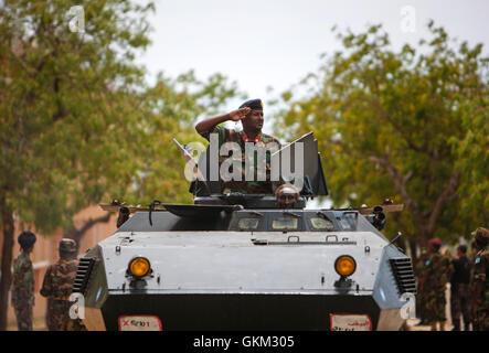 La Somalie, Mogadiscio: en photographie prise et publiée par l'Union africaine et l'équipe de support d'information des Nations Unies 12 avril 2013, l'artilleur d'un véhicule blindé de l'armée nationale somalienne salue pendant un défilé militaire marquant le 53e anniversaire de la SNA a tenu à la Ministère de la défense dans la capitale Mogadishu. La Somalie est la reconstruction de l'armée, c'est ainsi que de nombreuses institutions de l'état et accessible après avoir été ravagé par des années de conflit interne et de division et jouit d c'est plus longue période de paix relative depuis les opérations majeures de la SNA en charge par