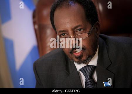 La Somalie, Mogadiscio: en photographie prise et publiée par l'Union africaine et l'équipe de support d'information des Nations Unies 19 avril 2013, le Président somalien Hassan Cheikh Mohamoud est vu dans son bureau à l'intérieur de la Villa Somalia, le complexe qui abrite le gouvernement somalien dans la capitale Mogadiscio. Énumérés dans la liste du Time des 100 personnes les plus influentes, Mohamud est président de la Somalie's premier gouvernement démocratiquement élu après deux décennies de guerre civile et de conflit l'agitation dans la Corne de l'Afrique nation. IST UA-ONU PHOTO / STUART PRICE.