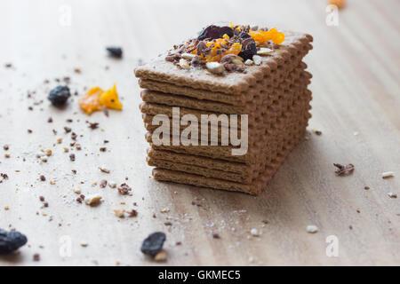 Les cookies avec des fruits secs sur table en bois Banque D'Images