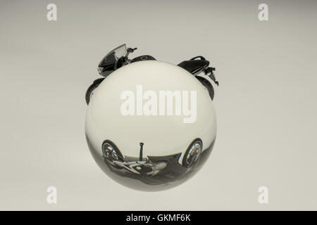 La réfraction d'une moto dans une sphère de verre
