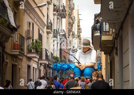 Un pêcheur géant décoration qui a été créé par des voisins sur une rue dans Gracia durant la Festa de Gracia. Banque D'Images