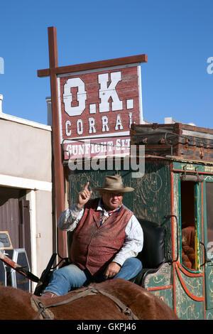 Un stage coach points conducteur au cours d'une conversation avec les touristes à tombstone, en Arizona.