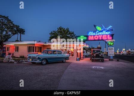 Hirondelle historique Motel avec automobiles garées en face de lui. Banque D'Images