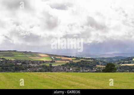Paysage du sud du Yorkshire - vue sur la ville avec un marché Penistone628 route menant sur les Pennines dans la distance