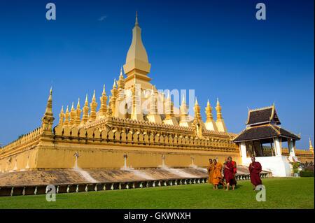 Vientiane, Laos, le 19 janvier 2012: Groupe de moines bouddhistes balade autour de That Luang Stupa, monument de Vientiane, Laos Banque D'Images