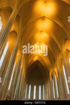De l'intérieur (1986), Hallgrimskirkja une église luthérienne d'Islande à Reykjavik, l'église paroissiale et est Banque D'Images
