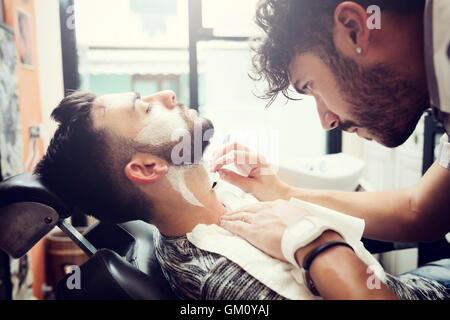 Rituel traditionnel de raser la barbe dans un ancien style de coiffure. Banque D'Images
