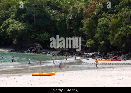 Manuel Antonio National Park; les touristes sur la plage, profiter des sports nautiques, activités de plein air Banque D'Images