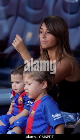 08/20/2016. Camp Nou, Barcelona, Espagne. Antonella Roccuzzo compagnon Lionel Messi au Camp Nou Banque D'Images