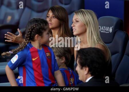 08/20/2016. Camp Nou, Barcelona, Espagne. Antonella Roccuzzo Lionel Messi compagnon et Mme suarez au Camp Nou Banque D'Images