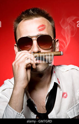 Man smoking cigar Banque D'Images