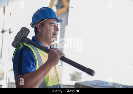 Confiant construction worker with sledgehammer Banque D'Images