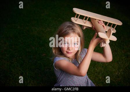Rêves de l'enfant de voyager et de jouer avec un avion dans l'air extérieur en été
