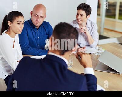 Les gens occupés à tenir une réunion dans la salle du conseil Banque D'Images