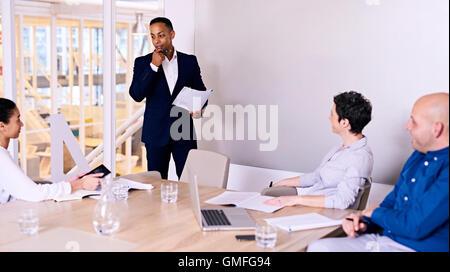 Businessman giving presentation de 3 membre du conseil d'administration, dans la salle de conférence Banque D'Images