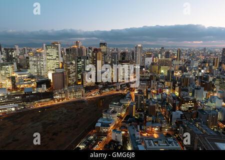 Osaka, Japon - 27 novembre 2015: Osaka vue sur l'horizon de l'Umeda Sky Building. Osaka est une ville désignée Banque D'Images