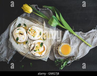 Merengues avec le lait caillé de citron, menthe fraîche sur plateau d'argent, beige serviette de cuisine Banque D'Images