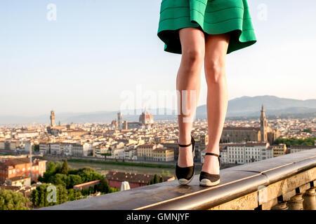 Femme voyageant dans la ville de Florence