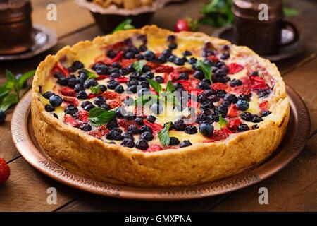 (Français) flan aux fruits rouges et crème anglaise. Banque D'Images
