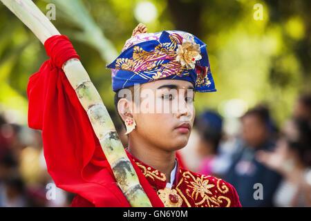 Denpasar, Bali, Indonésie - Juin 13, 2015: Portrait de l'homme à Bali les balinais traditionnel magnifique costume. Banque D'Images