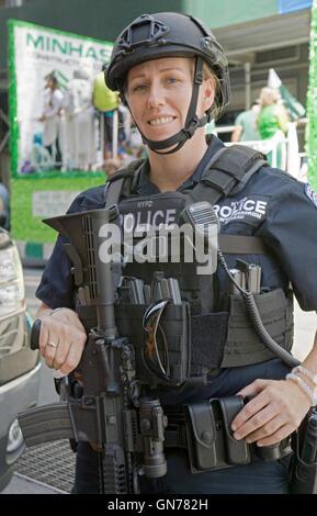 Une belle et bien armés contre le terrorisme policier en patrouille à la Pakistan 2016 Day Parade sur Madison Ave,. Banque D'Images