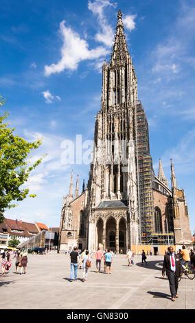 ULM, ALLEMAGNE - le 13 août: les touristes à la Cathédrale d'Ulm, Allemagne, le 13 août 2016.