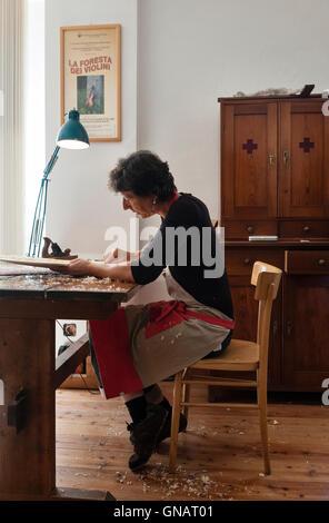 La Forêt de violons, de Paneveggio, Italie. Giovanna Chittò, luthier (violon électrique), à l'aide d'un avion pour Banque D'Images