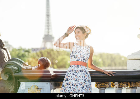 Happy woman visiting Paris Banque D'Images