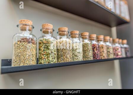 Bouteilles avec plateau d'ingrédients sur la durée Banque D'Images