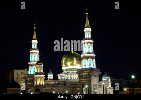 Vue extérieure de nuit de la Mosquée Cathédrale de Moscou nouvellement restauré de la mosquée principale de Moscou et l'une des plus grandes d'Europe situé sur l'Avenue Olimpiysky, centre de Moscou Russie